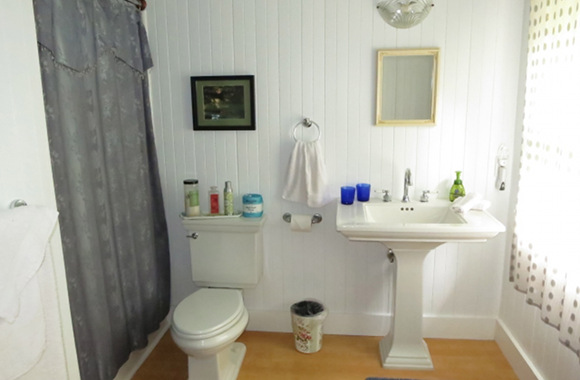 Waipio Wayside, Plantation Room, full bathroom