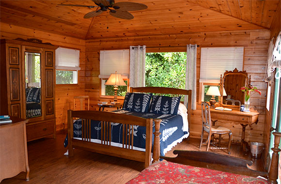 Waipio Wayside, Birds Eye Room, High cieling room, wooden walls and ceiling, ceiling fan, bed and tables